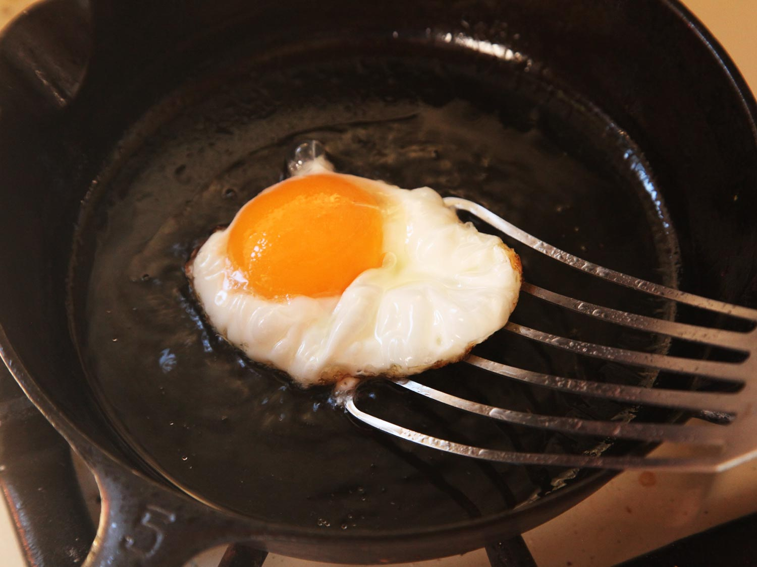 How-To-Clean-a-seasoned-Cast-Iron-Skillet